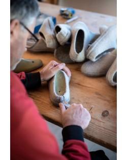 Familie Zacher schneidet die Pantoffeln von Hand zu