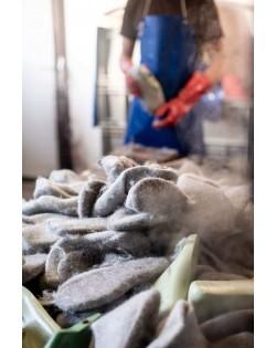 Die Pantoffeln werden von Hand auf den Leisten gezogen und geformt wie ein Hut