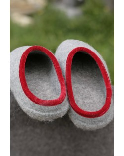 Backless felt slippers of virgin sheep wool grey-red, handmade by Haunold