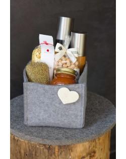 Als dekorative Aufbewahrung im Regal wird in der Haunold Filzbox allerlei Kleinkram unsichtbar verstaut