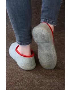 Pantofole  chiuse con tacco Haunold di feltro in pura lana, grigio-rosso, fatte a mano