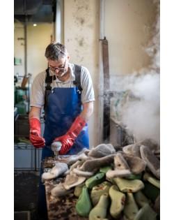 Die Pantoffeln werden nach alter Hutmacher Tradition geformt