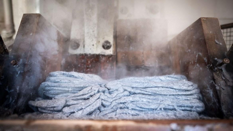 Durch Wärme, Feuchtigkeit und Reibung in der Hammerwalke verhaken sich die Wollfasern ineinander und ziehen sich zusammen: WALK-Filz entsteht! Blick in die Werkstatt von Zacher Haunold in Innichen