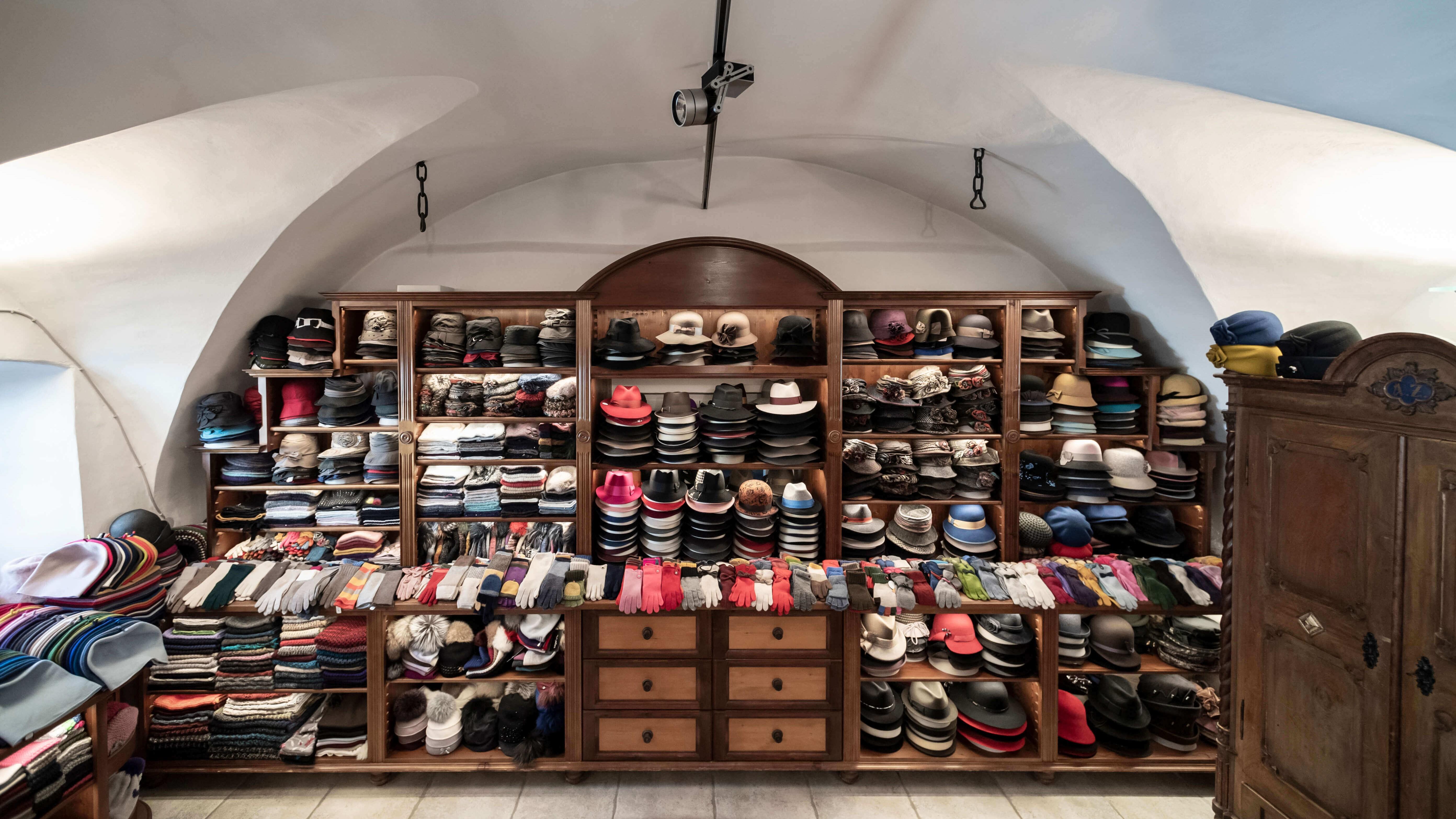 Im Hutmachergeschäft Zacher gibt es eine bunte Auswahl an hochwertigen Hüten, Mützen, Kappen, Schals, Fäustlingen, Handschuhen, Pantoffeln, Modeaccessoires und Accessoires für Ihr Zuhause.