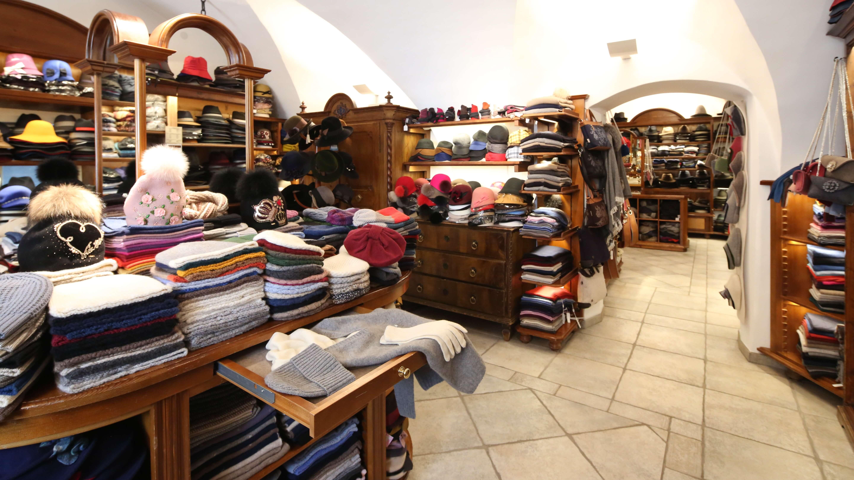 Bei Zacher in Innichen finden Sie viele Hüte, Schals, Ponchos, Mützen, Filz-Pantoffeln, Mützen aus Naturmaterialien wie Wolle und Cachemire